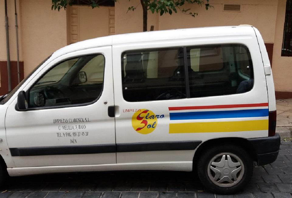 Rotulación vehiculo insustiral con vinilo de corte para la empresa Limpiezas Clarosol de Jaén